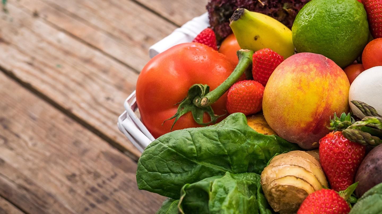Ernährung: Obst und Gemüse liegen auf einem Holztisch.