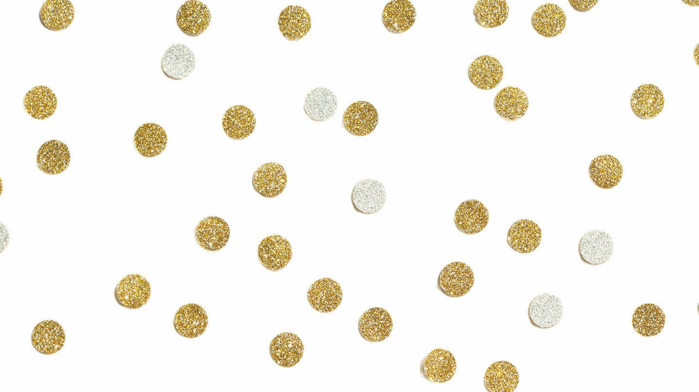 Gold und Silber: Gold- und silberglitzerndes Konfetti auf weißem Grund.