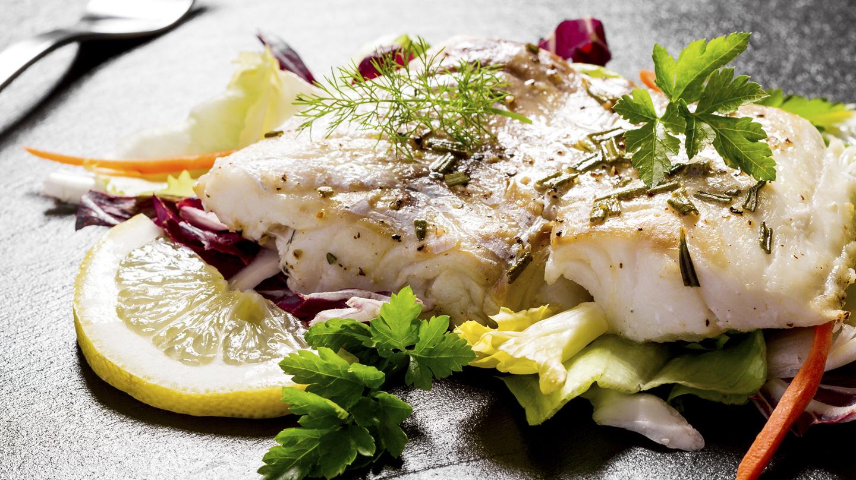 Jodmangel: Ein gebratenes Fischfilet mit Kräutern und Zitronenscheibe.